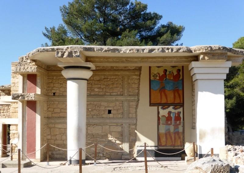 """A pintura na parede mostra homens segurando vasos de libações, parte do """"Fresco da Procissão""""."""