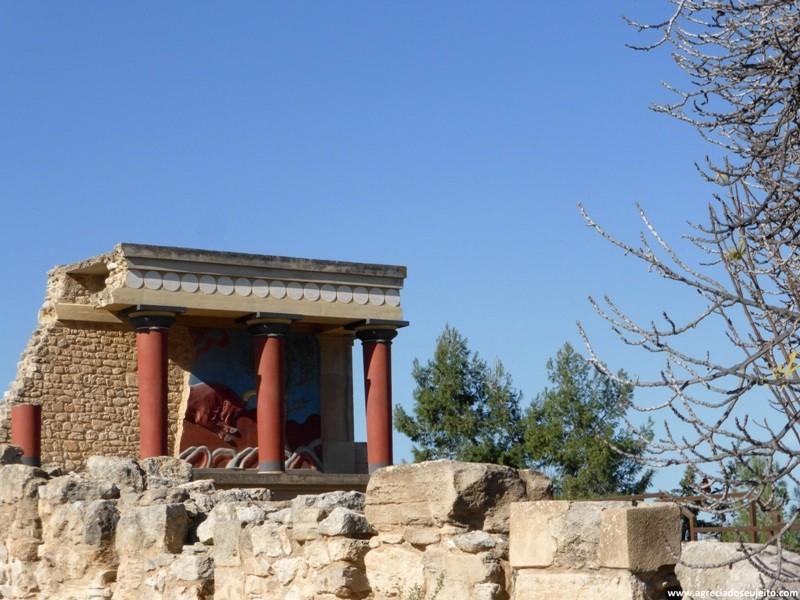"""Baluarte com a cópia do afresco """"Bull Hunt"""", um dos ícones de Knossos"""