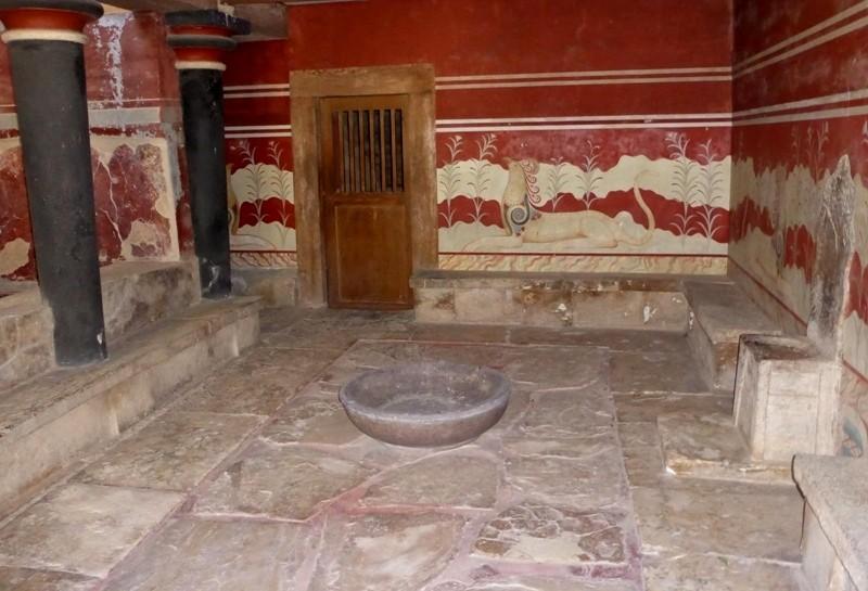 """Α """"Sala do Trono"""" é uma das mais especuladas entre os visitantes. Com afrescos retratando galhos de plantas e grifos, bestas míticas com corpo de leão e cabeça de pássaro."""