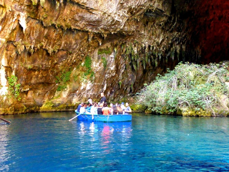 A Caverna e o Lago Melissani reafirmam o quanto a natureza foi generosa com Kefaloniá. Durante esse passeio de barco temos a sensação de que estamos flutuando nessas águas azuis