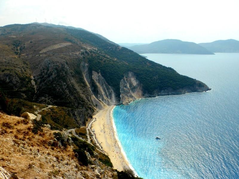 Myrtos é um dos ícones de Kefalonia. Extensa e com águas turquesas profundas, já foi eleita diversas vezes a melhor praia da Grécia