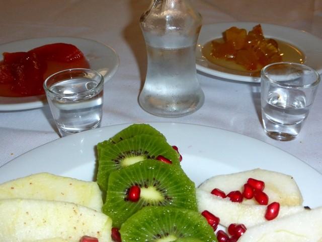 Ráki, doces e frutas típicas