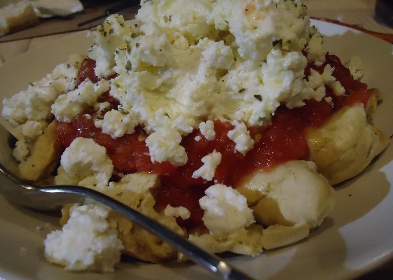 Dakos: paximadi, tomate, queijo myzithra, azeite e óregano