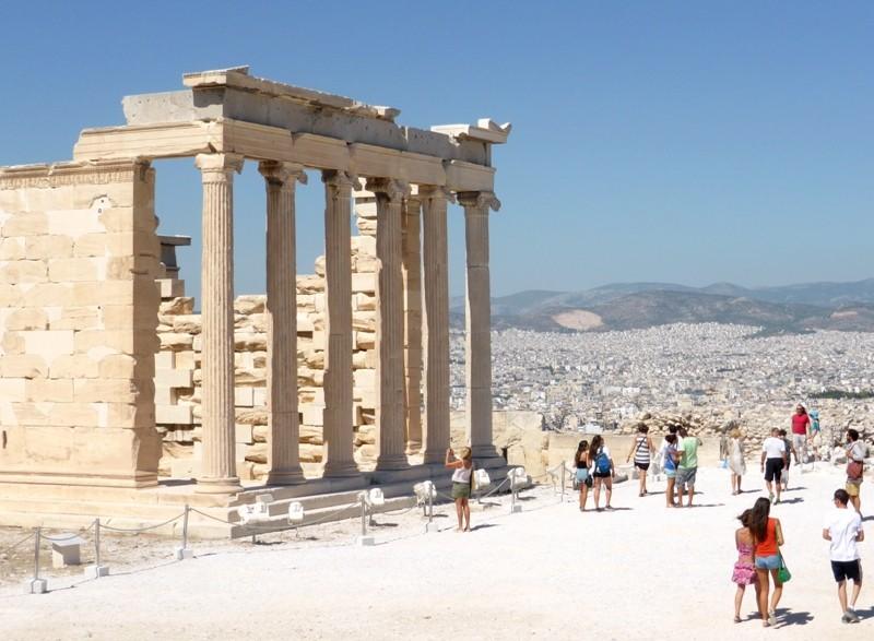 Templo Erechtheion na Acrópole de Atenas, na segunda semana setembro, sem o grande fluxo de turistas dos meses do verão