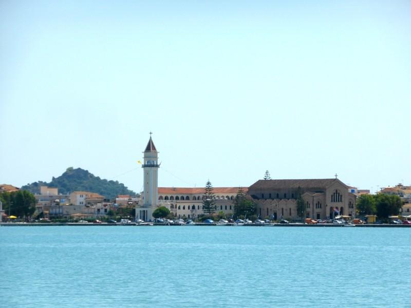 No porto, com vista para a Catedral de Agios Dionysios, na capital da ilha