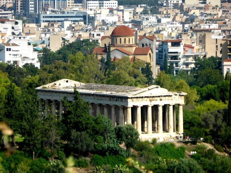 A arquitetura clássica do Templo de Hefesto contrastando com a atualidade de Atenas